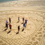 land art sur la plage en vendée le fil de la vie